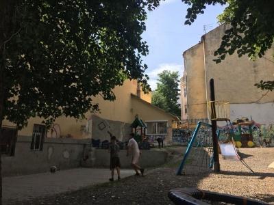 У Чернівцях до Дня молоді на дитячому майданчику розмалюють стіну