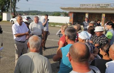 «Обзивають дебілами і плюють у очі»: на Буковині селяни перекрили дорогу через вивезення гравію