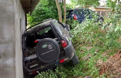 На Буковині п'яний водій на джипі протаранив стіну будинку: господині стало зле