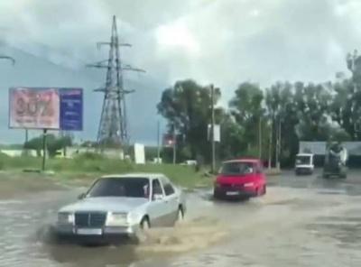 Град, наче дрібні вишні: околиці Чернівців підтопила раптова злива