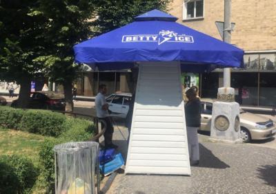 У Чернівцях жителі вимагають демонтувати скандальний кіоск з морозивом на Театральній площі