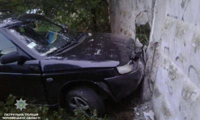 У Чернівцях п'яний водій на «Ладі» протаранив паркан