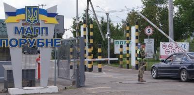 Хотіла вивезти дітей закордон: на Буковині прикордонники затримали жінку з підробленими документами