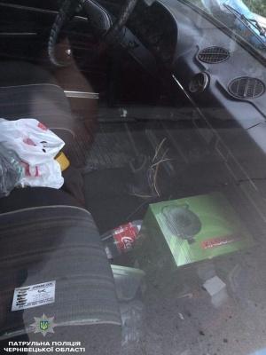 Зламали двері автомобіля і вкрали магнітолу: у Чернівцях поліція затримала порушників