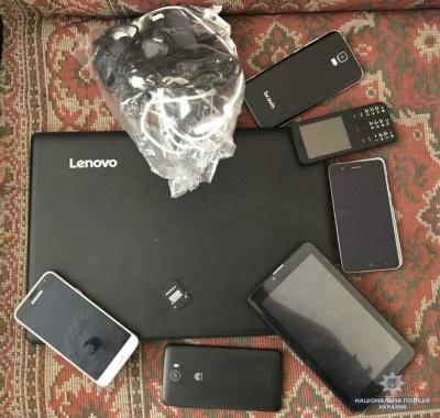 На Буковині неповнолітні викрали з магазину планшети й телефони