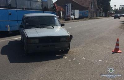 На Буковині легковик врізався у мопед: одного з водіїв госпіталізували - фото