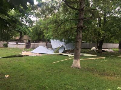 На Буковині негода повністю зірвала покрівлю школи - фото