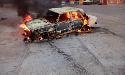 Аерозоль перегрівся і вибухнув: на Буковині через балончик загорілося авто - фото