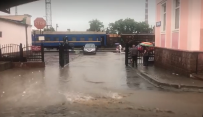 Ранкова злива знову залила водою Чернівці - фото