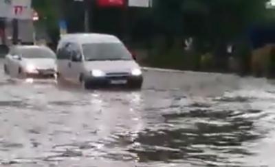 Негода в Чернівцях. Вулицю Головну затопило, автівки «пливуть» дорогою