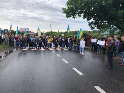 «Не знищуйте спиртзаводи!»: десятки людей перекрили рух на трасі «Снятин – Чернівці»