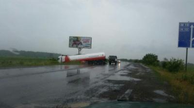 Негода на Буковині: бензовоз з'їхав з дороги у кювет - фото