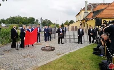 Президент Чехії спалив перед журналістами червоні труси
