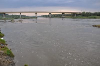 Негода на Буковині: мешканців попередили про значний підйом води у Пруті й Сіреті