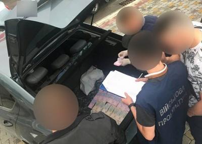 Заступника начальника Чернівецького прикордонного загону затримали на хабарі за поставку рюкзаків