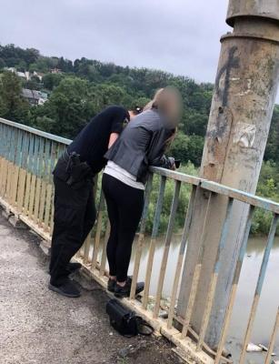 Патрульні у Чернівцях  врятували дівчину, яка хотіла стрибнути з моста