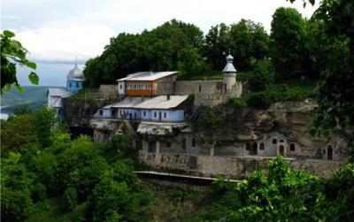 Невідома Буковина: унікальний монастир, розташований у скелі