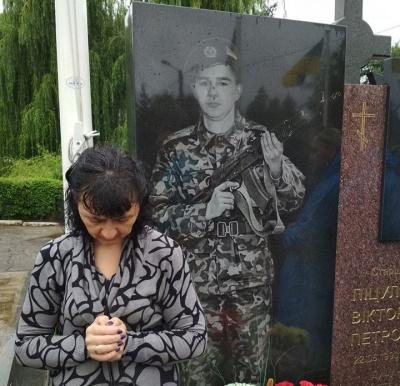 На Алеї слави в Чернівцях відправили панахиду за загиблими 4 роки тому бійцями - фото
