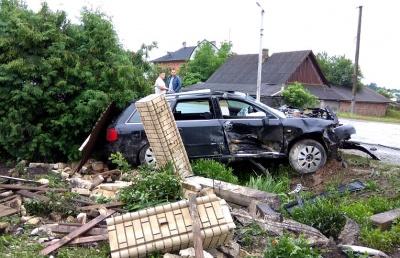 Занесло через дощ: на Буковині легковик зніс паркан біля будинку - фото
