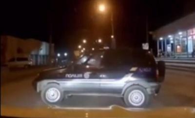 У Чернівцях припарковане службове авто «втекло» від поліцейських - відео