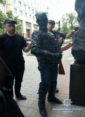 У Києві біля Кабміну затримали молодика з автоматом