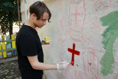 """Каспрук з дітлахами замалював стіну із написами з """"рекламою"""" наркотиків - фото"""