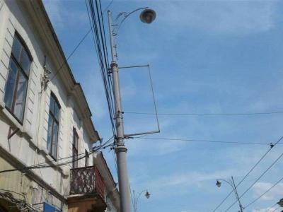 У Чернівцях комунальники демонтували з електроопор 68 рекламних вивісок - фото