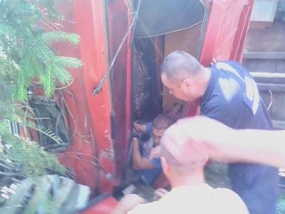 На Буковині перекинувся КамАЗ із гравієм: водія заблокувало в кабіні - фото