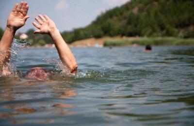 П'яний поліз у Дністер: на Буковині врятували чоловіка, який втратив свідомість у воді