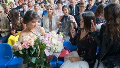 «Хто сказав, що вже кінець?»: у Чернівцях медалями нагородили найкращих випускників - фото