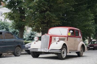 У Чернівцях відбувся парад ретро автомобілів - фото