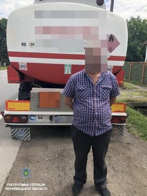 """""""Випив, щоб заспокоїтися"""": на Буковині затримали водія, який перевозив авіаційне пальне"""