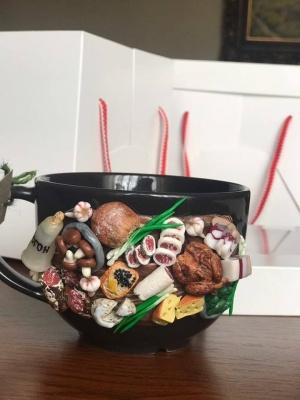 «Малюю на чашці історію людини»: буковинка у декреті декорує посуд полімерною глиною
