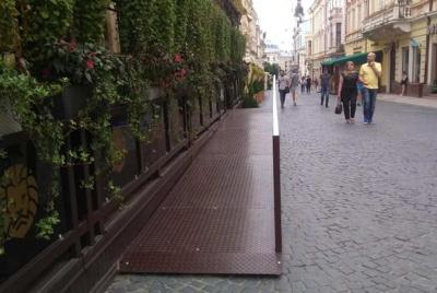 Активісти добилися встановлення пандусу на літньому майданчику в центрі Чернівців