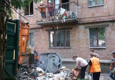 Перетворила хату на смітник: у центрі Чернівців з квартири вивезли більше 10 причепів мотлоху