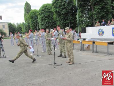 У Чернівцях зворушливо зустріли десантників, які повернулись додому із фронту - фото