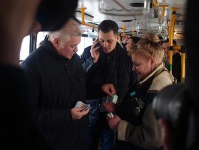 Элитные джипы и старые КамАЗы. На чем ездят депутаты, которые блокируют обновление общественного транспорта