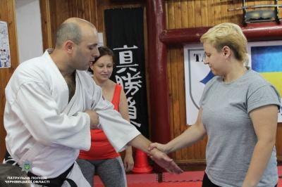 У Чернівцях патрульні проводять уроки самозахисту для жінок
