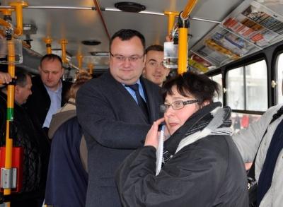 «Жигулі» і старі «Мерси». На чому їздять депутати, які підтримують оновлення громадського транспорту