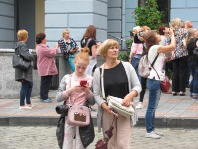 «На таксі об'їздили всі храми»: до Чернівців на День Конституції приїхали сотні туристів