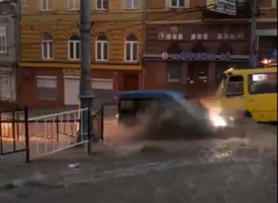Потужна злива знову перетворила вулиці Чернівців на озера - відео