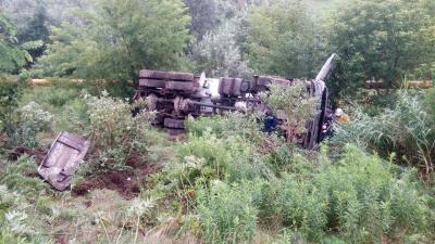 У Чернівцях бетоновоз злетів із мосту, водій загинув - фото