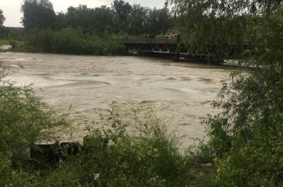 Загроза повені на Буковині. Рух через скандальний міст у Маршинцях перекрили, річка піднялась на 2,5 метра