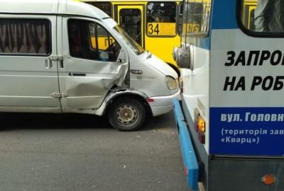 У Чернівцях на Руській «бус» врізався в тролейбус: пасажирів вивели із салону