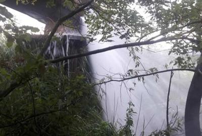 Аварія на водогоні. Як працівники ремонтують трубу, що постачає воду в Чернівці - наживо