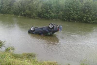 На Франківщині авто впало у річку. Двоє людей загинули