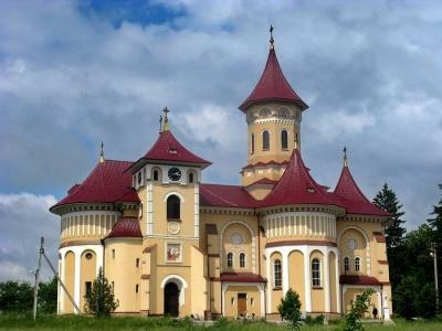 П'яна церква та храм з тесаного каміння: 13 місць, які варто відвідати на Буковині