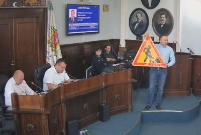 Депутат вручив мерові Чернівців дорожній знак, бо в місті не ремонтують дороги