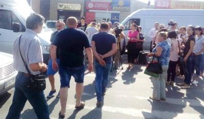 У Чернівцях група жителів Калічанки перекрила дорогу біля Калинівського ринку - фото