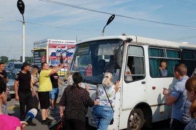 «Пропустіть машини, зараз міст упаде»: як жителі Калічанки блокували рух біля Калинівського ринку